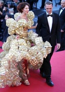 Il suo nome, non lo so. Ma so che la signora in questione è un genio. Perché il suo abito è fatto di scatole di biscotti.